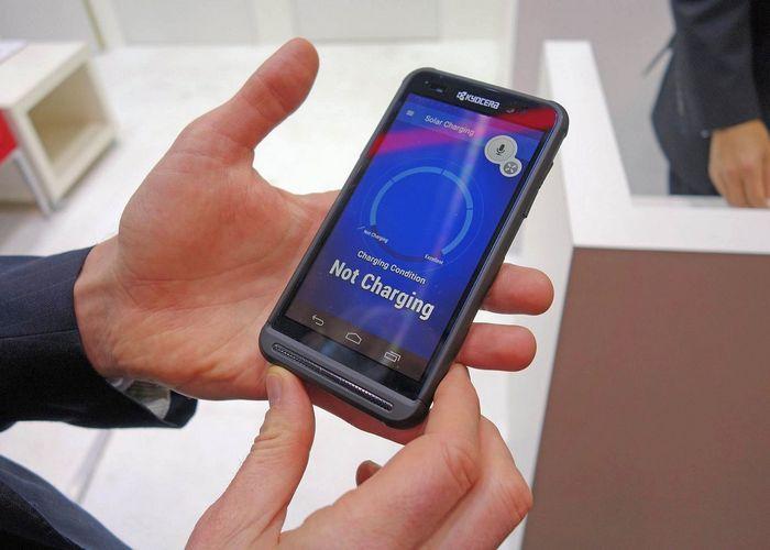 Разработан oled-экран со встроенной солнечной панелью для подзарядки смартфонов